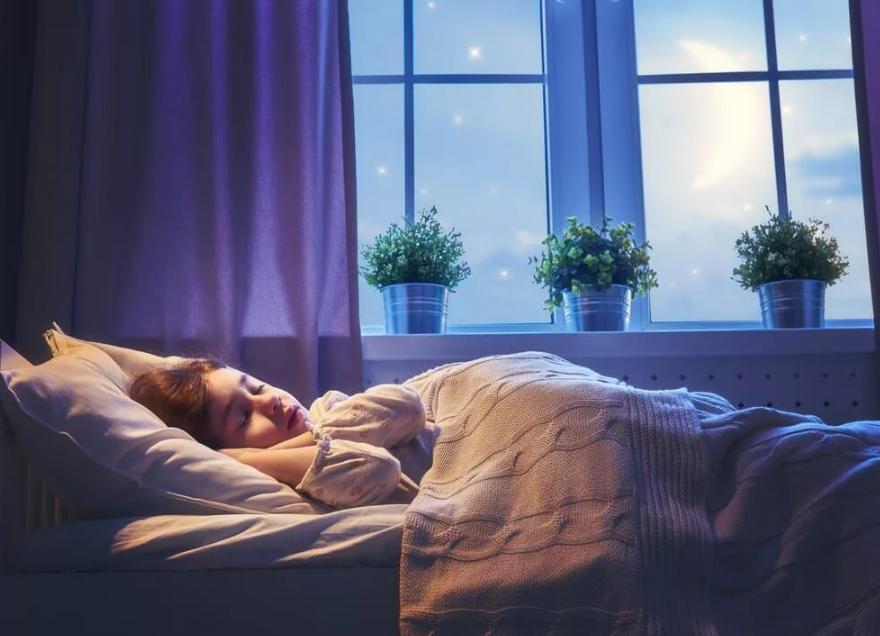 Почему нельзя спать ногами к двери: народная примета - откуда взялась примета?