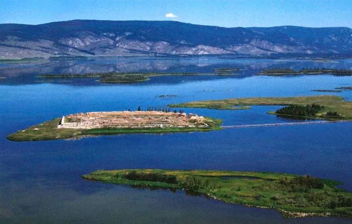 крепость Пор-Бажын в Тыве на озере