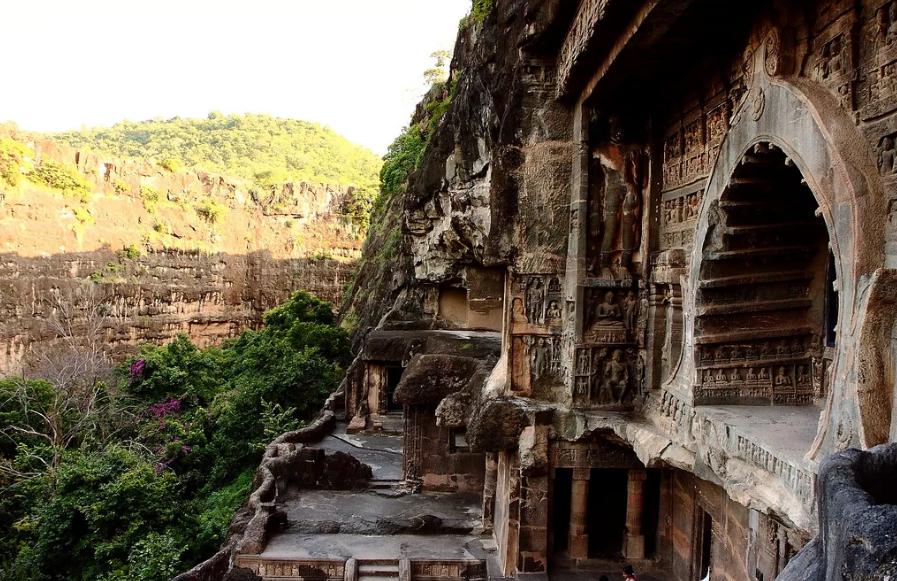 Аджанта Индия храмы с колоннами и росписью