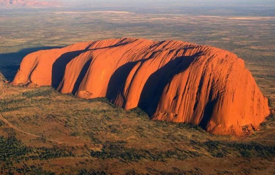 монолит красная гора Урулу