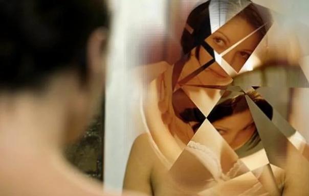 зеркало треснуло в спальне