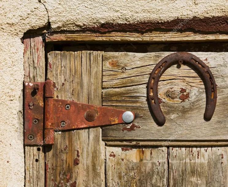 старая подкова над дверью