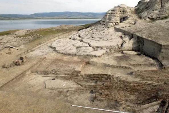 крепость Пор-Бажын Тыва на озере