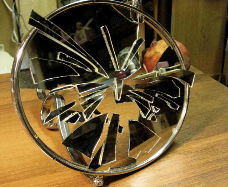 разбилось зеркало на столе