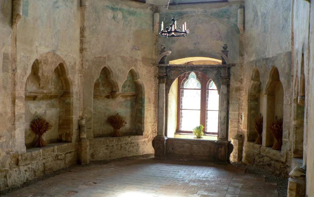 старые фрески в замке Гоуска в Чехии.