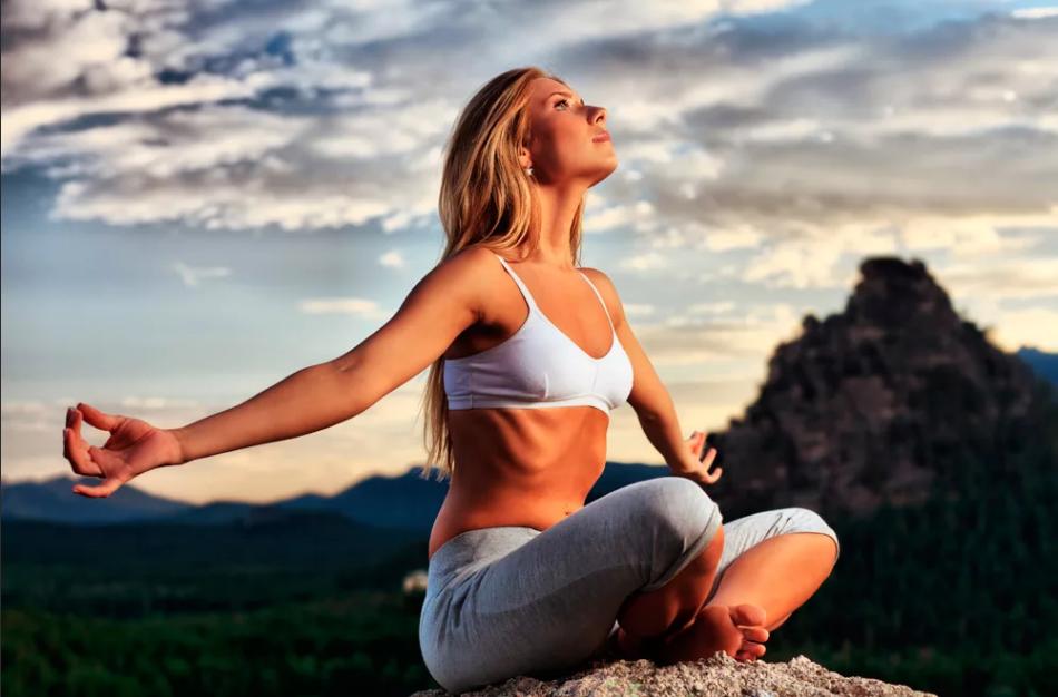 медитация на природе среди гор