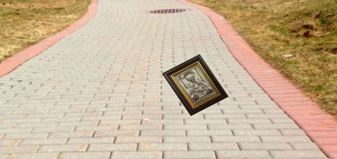Найти икону на улице: народная примета - можно ли поднимать икону с земли?