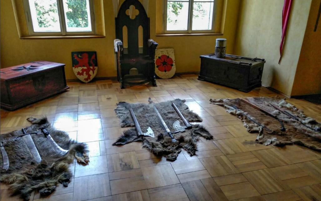 трон в замке Гоуска в Чехии.