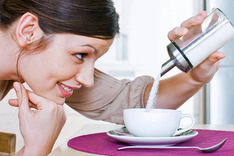 девушка сыпет сахар