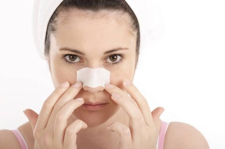 девушка с пластырем на носу