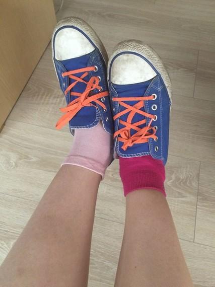 разные носки с кедами
