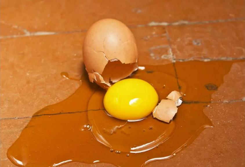 разбилось яйцо на полу подкинули