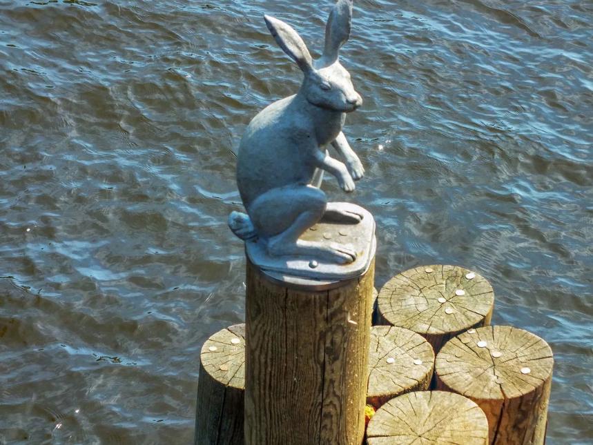 памятник зайцу в Питере