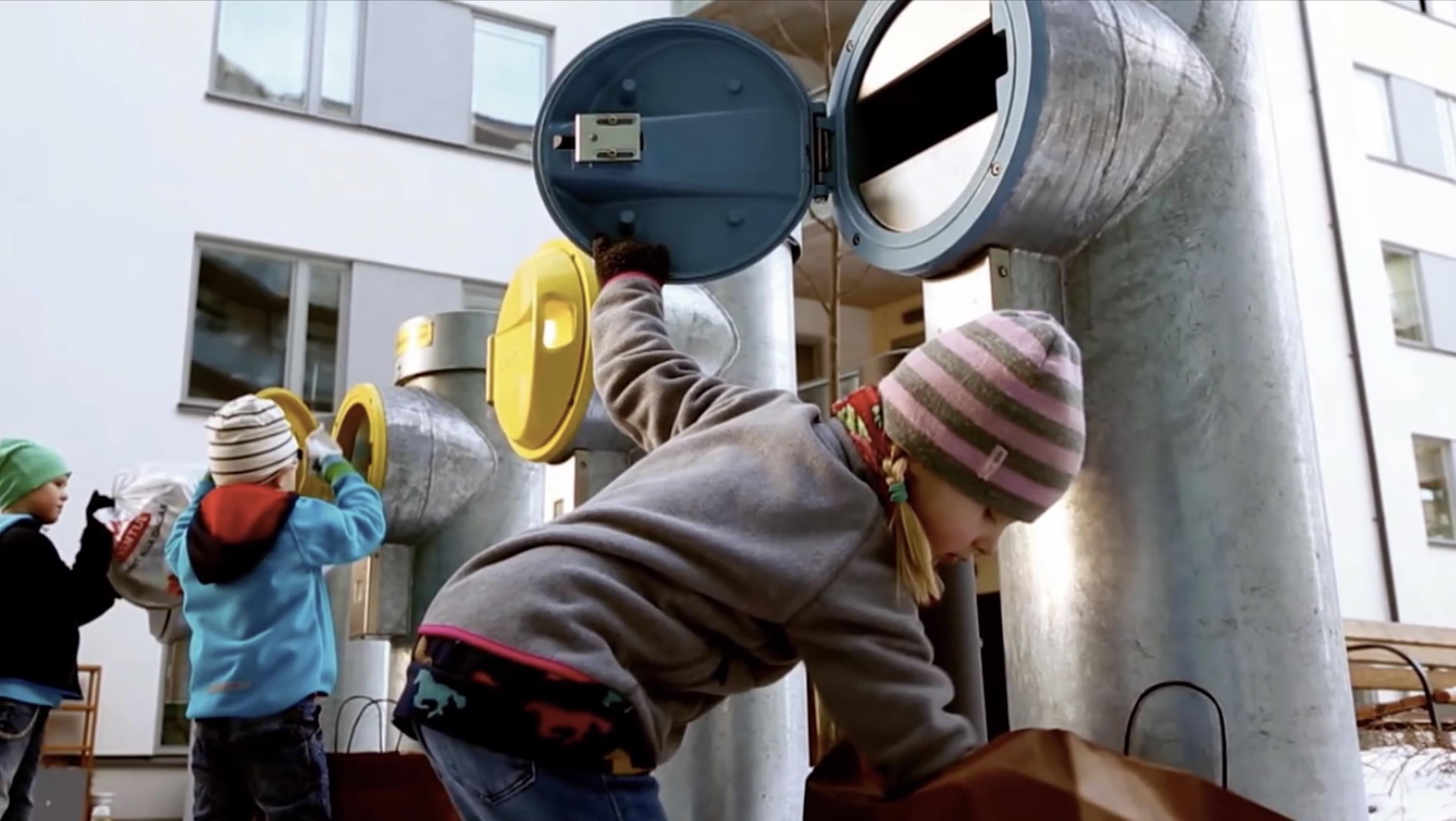 Дети выносят мусор